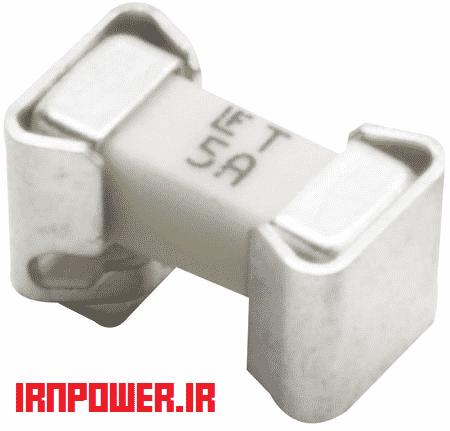 فیوز SMD. به دلیل دارا بودن گیره های کوچک که گرمای لحیم کاری آن را از فیوز جدا میکند و تعویض فیوز را آسان میکند.